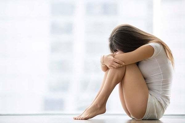 """Cứ đến hẹn lại lên, mỗi tháng """"đèn đỏ"""" lại ghé thăm các chị em phụ nữ. Nếu nhanh thì sẽ rờ đi trong 1 vài ngày nhưng cũng có khi lì lợm ở lại đến cả tuần gây ra cho chị em rất nhiều phiền phức, khó chịu. Đầu tiên, phải kể đến những triệu chứng về thể chất"""