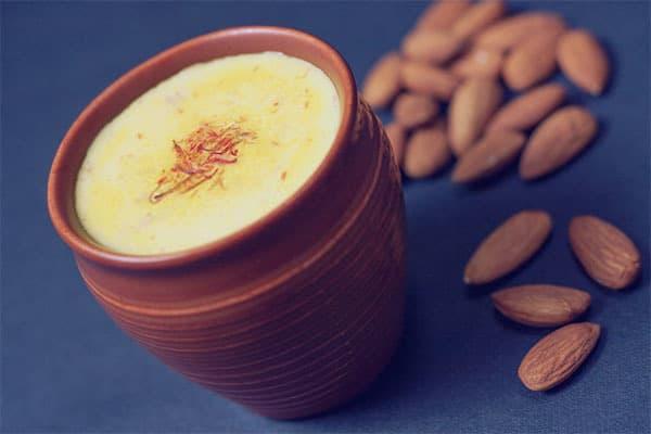 Hướng dẫn pha sữa nhụy hoa nghệ tây kết hợp hạnh nhân