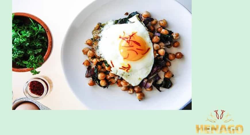 Ăn sáng cùng trứng ốp la Saffron với đậu gà